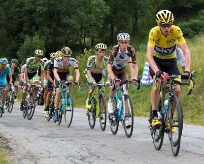 Froome in charge, with waggly elbows (Image: Filip Bossuyt via Wikimedia cc)