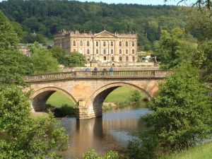 Chatsworth House - smack bang in the middle of cycling country (Image: Rob Bendall via Wikimedia CC)