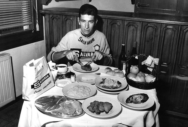 1024px-Felice_Gimondi_eating_1968
